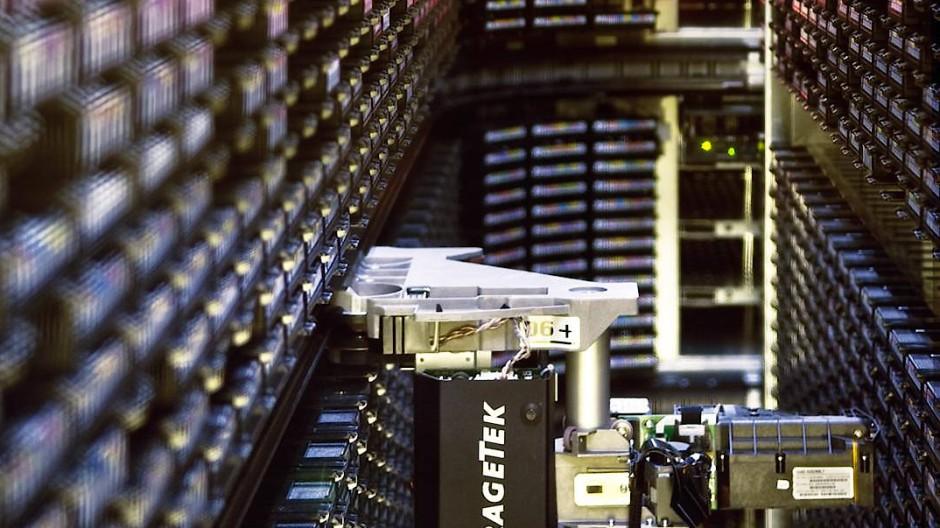 Die Daten der teichenphysikalischen Experimente am europäischen Forschungszentrum Cern bei Genf  werden im Rechenzentrum  auf unzähligen Magnetdatenbändern mit Hilfe von Robotern archiviert.
