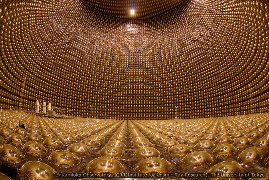 Blick ins Innere des noch leeren japanischen Neutrino-Observatoriums Super-Kamiokande.