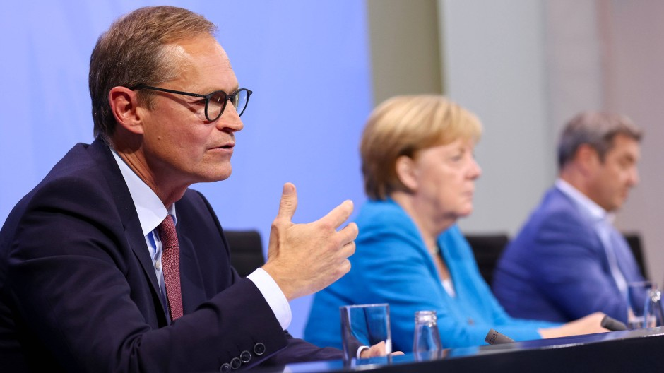 Michael Müller, Regierender Bürgermeister von Berlin und Vorsitzender der Ministerpräsidentenkonferenz, Bundeskanzlerin Angela Merkel und Markus Söder, Ministerpräsident von Bayern nach der Ministerpräsidentenkonferenz am 10. August.