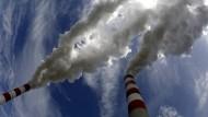 Die Schornsteine des Braunkohlekraftwerks Belchatow in Polen: Es ist die größte Treibhausgasschleuder in der Europäischen Union