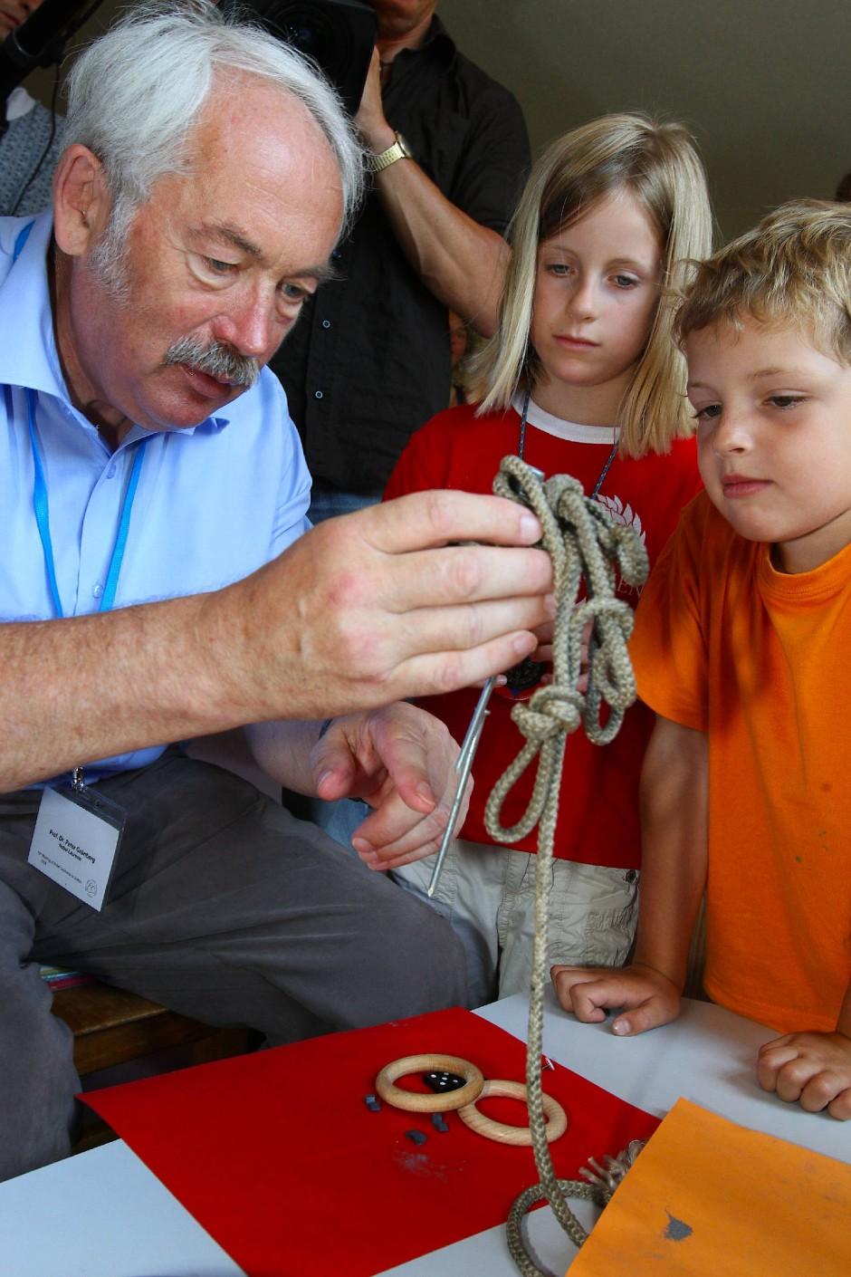Peter Grünberg scheute sich nicht schon Kindern das Wunder der Physik näherzubringen.