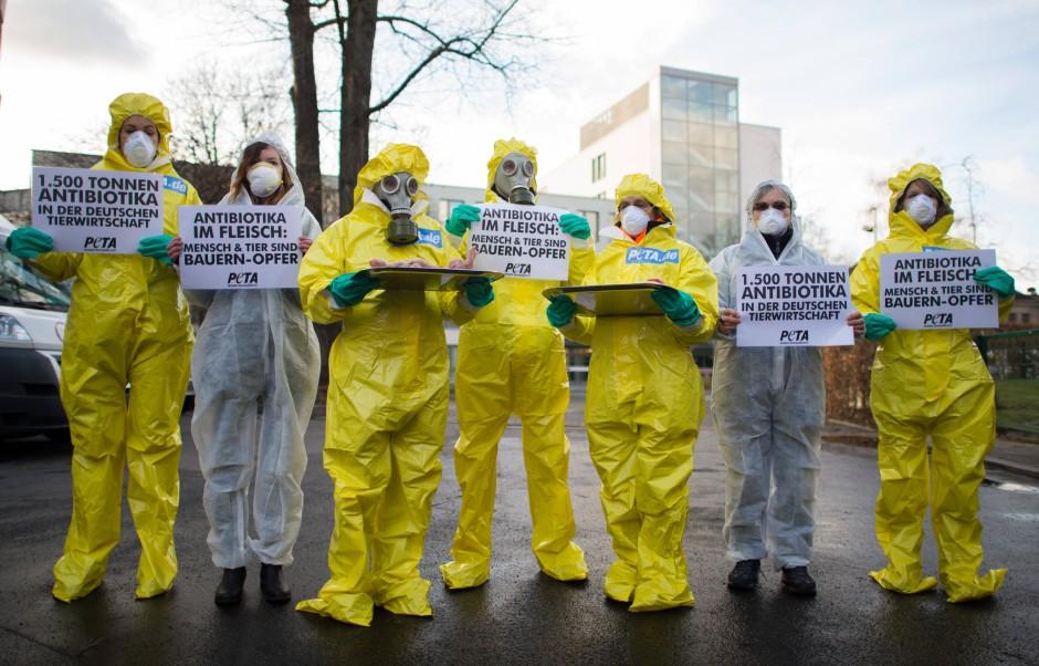Aktivisten der Tierschutz-Organisation Peta demonstrieren Mitte Januar vor der Zentrale des Deutschen Bauernverbandes in Berlin gegen Antibiotikamissbrauch in der Tierhaltung.