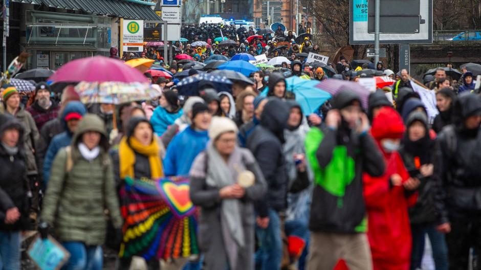 Am Wochenende gingen wieder viele Menschen auf die Straße, um gegen die Corona-Maßnahmen zu demonstrieren. Dabei verstießen sie bewusst gegen Hygieneregeln.