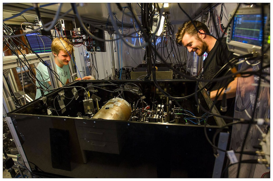 Experimenteller Aufbau Teil1:  Die Atomwolke befindet sich in einer vom einem Metallgehäuse abgeschirmten Glaszelle in der Mitte der Anordnung.