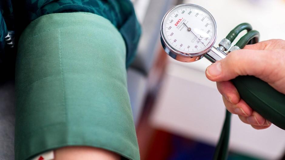 Blutdruckpatienten müssen in diesen Zeiten besonders aufpassen.