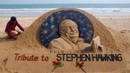 Sandkünstler  Sudarsan Patnaik würdigte die Jahrhundertfigur Hawking am Puri-Strand, unweit der ostindischen Stadt Bhubaneswar.