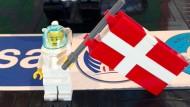 Andreas Mogensen bringt Lego-Figuren mit auf die ISS. Sie sollen später an Kinder verschenkt werden.