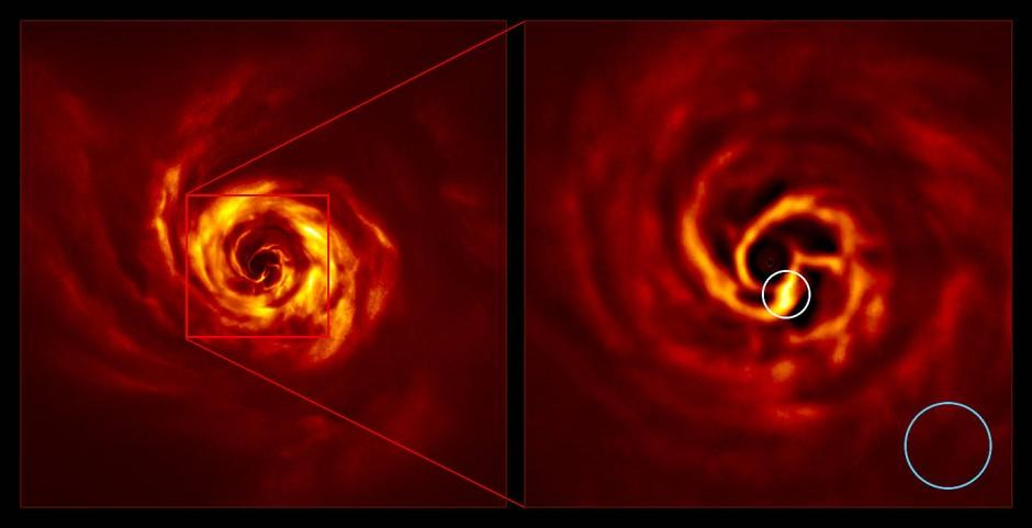 AB Aurigae-System: Das Bild rechts ist eine vergrößerte Version des Bereichs, der durch ein rotes Quadrat in dem Bild links angezeigt wird. Es zeigt den inneren Bereich der Scheibe, einschließlich der Stelle an der sich offenbar ein Planet bildet.