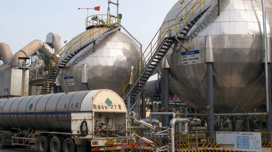 In der chinesischen Stadt Wuhu wird Kohlendioxid, das bei der Zementherstellung entsteht, aufgefangen und in großen Tanks gespeichert,