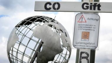 Warnschilder an einer Kohlenmonoxid-Pipeline in Duisburg.