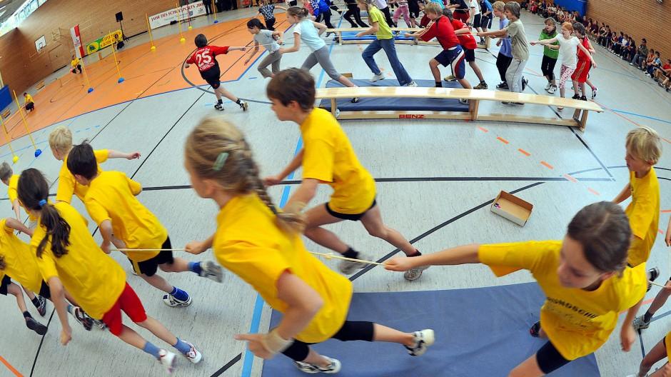 Staffelläufe fördern Schnelligkeit und Geschicklichkeit, aber vor allem den Teamgeist.