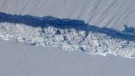 Die Spalte im Pine-Island-Gletscher  in der Westantarktis zieht sich über eine Länge von 30 Kilometern hin.