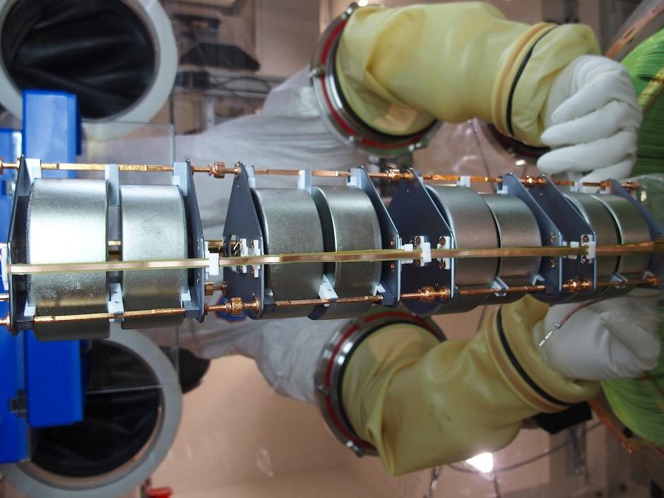 Die Germanium-76-Proben werden in einer Handschuhbox präpariert.