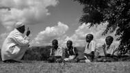 Nun hört mir mal zu: Ein somalischer Erzähler gibt 1954 in Uganda seine Geschichten an die nächste Generation weiter.