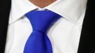 Mit angelegter Krawatte interpretieren Probanden harmlose Sätze stärker und feindseliger.