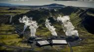 Das drittgrößte Geothermalkraftwerk der Welt befindet sich in Hellisheidi im Südwesten Islands. Vor Ort wird das zutage geförderte Kohlendioxid wieder in eine 500 Meter tiefe Basaltschicht gepumpt.