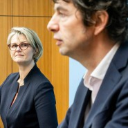 Bundesforschungsministerin Anja Karliczek auf einer Pressekonferenz am 26. März mit Heyo Kroemer, dem  Vorstandsvorsitzenden der Charité (links), und dem Virologen Christian Drosten (rechts) und