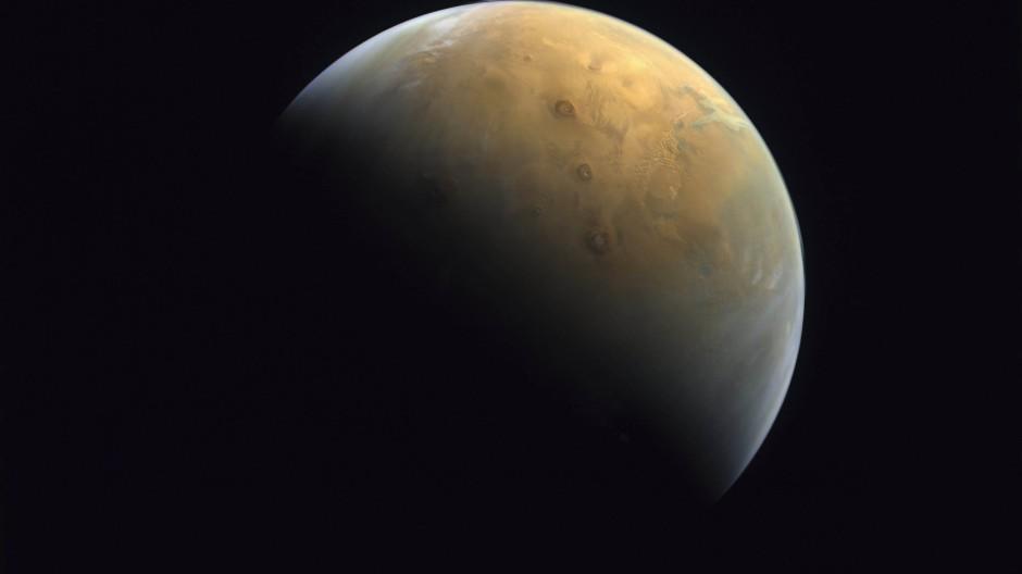 """Mars-Vulkane bei Sonnenaufgang, aufgenommen von der arabischen Raumsonde """"Al-Amal"""""""
