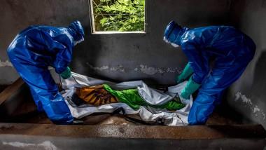 Der sichere Umgang mit den Toten ist ein entscheidender Faktor für den Erfolg im Kampf gegen die Seuche.