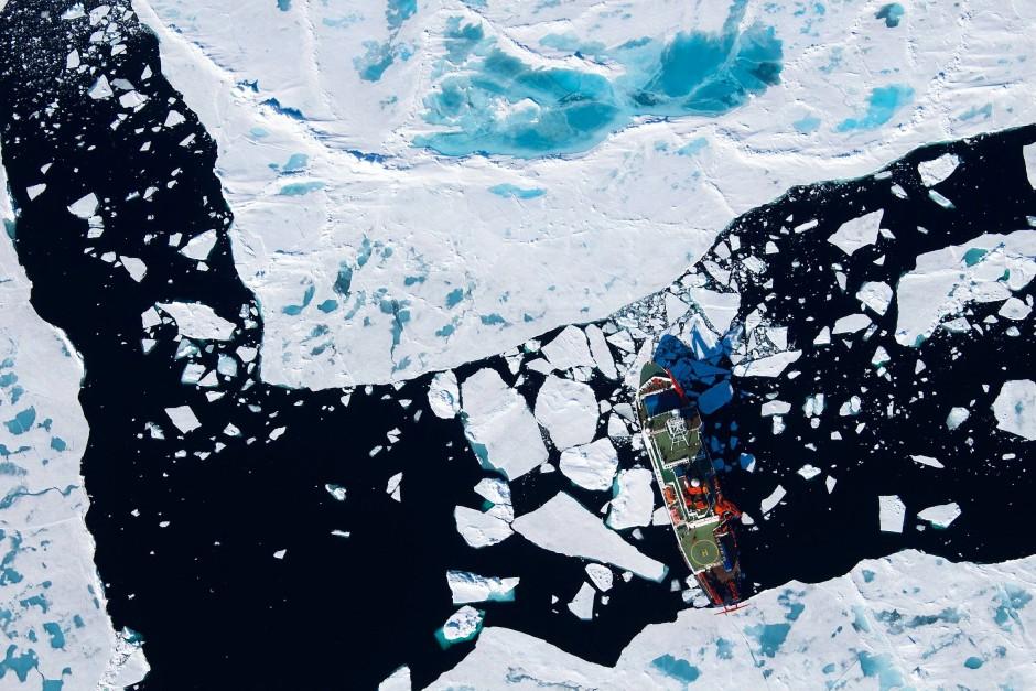 """Die """"Polarstern"""" unterwegs im Meereis der Arktis: Drei Expeditionen lieferten das Datenmaterial für die Mikroplastik-Studie."""