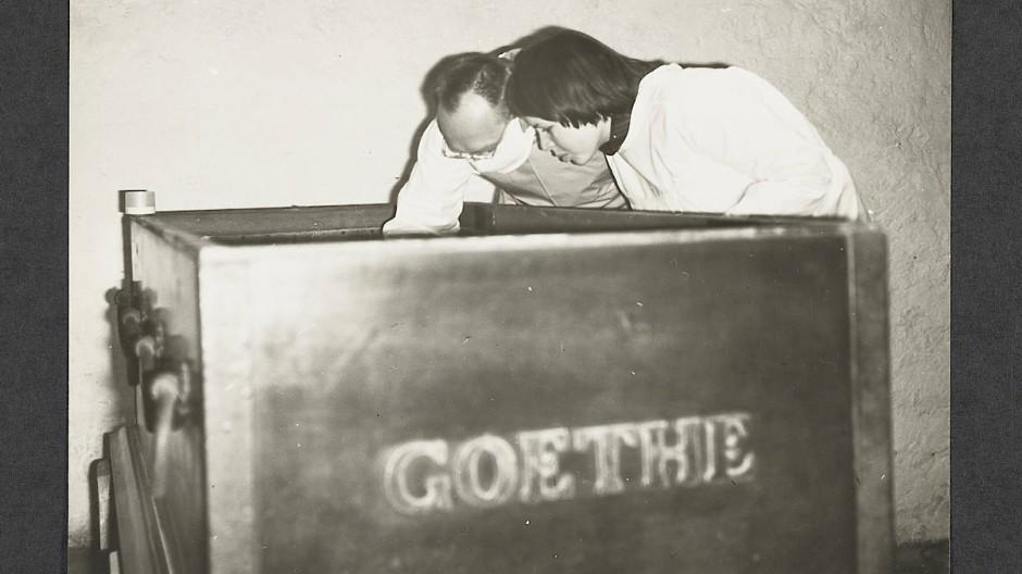 Befundung und erneute Bettung der Überreste Goethes im November 1970