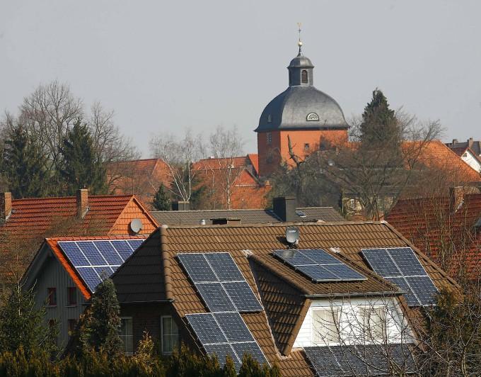 Ein Anfang, mehr nicht: Auch Solardächer sollten nach dem Willen von Klimaingenieuren bald weiße Farbe tragen.