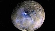 Die Oberfläche des Zwergplaneten Ceres, aufgenommen von der Raumsonde Dawn. Die hellen Flecken werden als Salzablagerungen gedeutet.