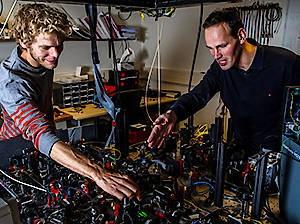Bas Hensen (links) und Ronald Hansen justieren ihre Apparatur für ihren ultimativen Bell-Test an der TU Delft