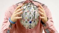 Testperson mit EEG-Kappe.