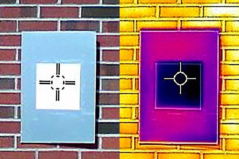 Mit einer Wärmebildkamera kann man den Kühleffekt der weißen Anstrichfarbe (links) sichtbar machen. Auf der rechten Aufnahme erscheint das gekühlte Brett der Oberflächentemperatur entsprechend dunkler.