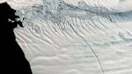 Ein 18 Kilometer langer Riss auf dem Pine Island Gletscher. An solchen Merkmalen wurde die Bewegung der Eisströme ermittelt.