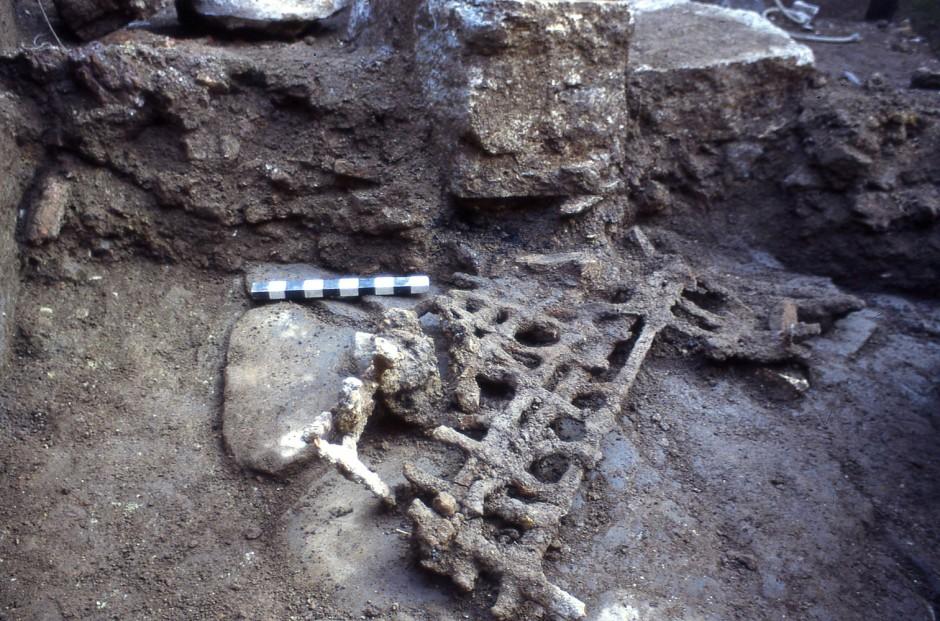 Als Rom verglühte: Reste eines eisernen Fenstergitters, das bei dem Großbrand im Juli 64 n. Chr. auf die Straße fiel und von herabfallendem Schutt begraben wurde.