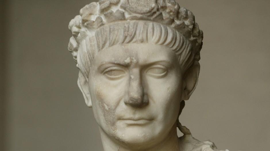 Marcus Ulpius Traianus wurde 53 n. Chr. in Rom geboren. Sein Vater stammte aus der spanischen Provinz Baetica und war Senator, Legionskommandeur sowie Statthalter in Baetica, Syria und Asia.