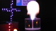 Künstlicher Kugelblitz über einer Wasseroberfläche im Labor des Max-Planck-Instituts für Plasmaphysik