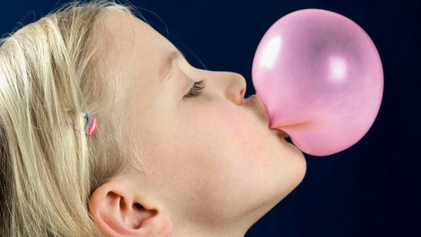 Kaugummis fördern Kopfschmerz bei Kindern