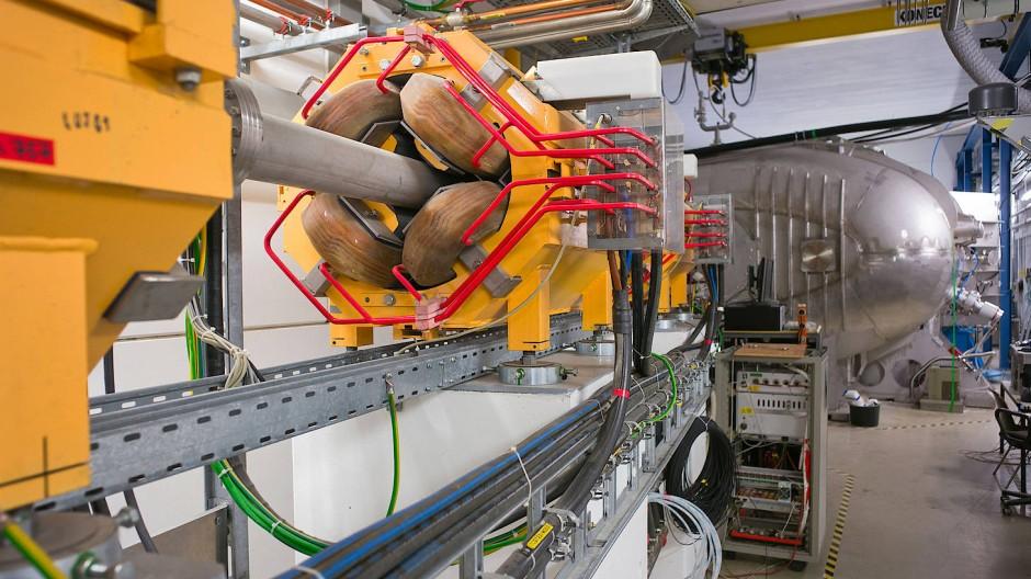 Der neue GLAD-Detektormagnet für FAIR (Hintergrund) wird in Kürze an den Teilchenbeschleuniger der GSI-Beschleuniger angekoppelt.