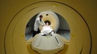Krebsvorsorge mit bildgebenden Verfahren - eine moderne, aber teure Früherkennungsstrategie.