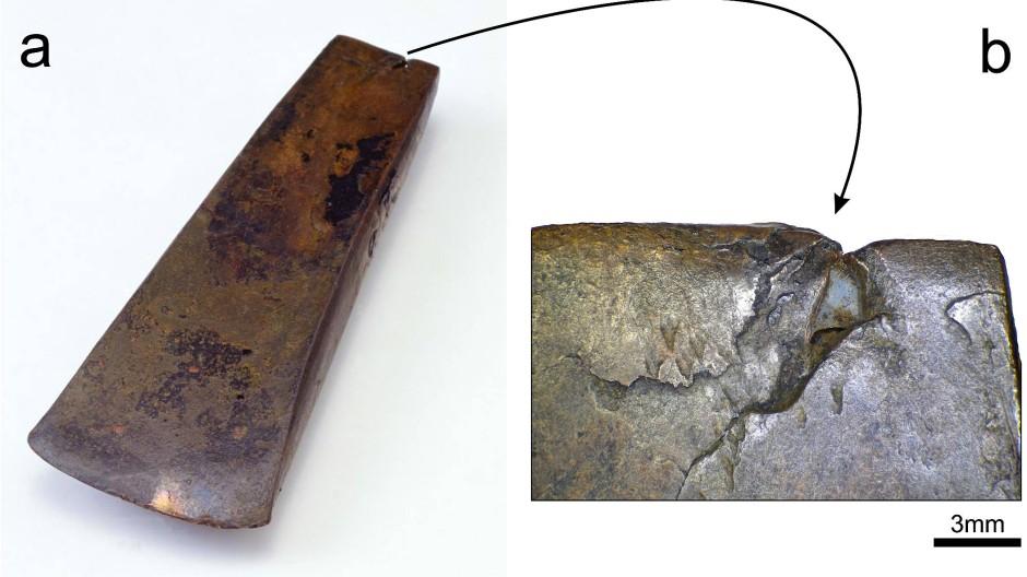 Das Kupferbeil Ötzis mit markanten Gießereidefekten an der Kralle des Metallwerkzeugs.