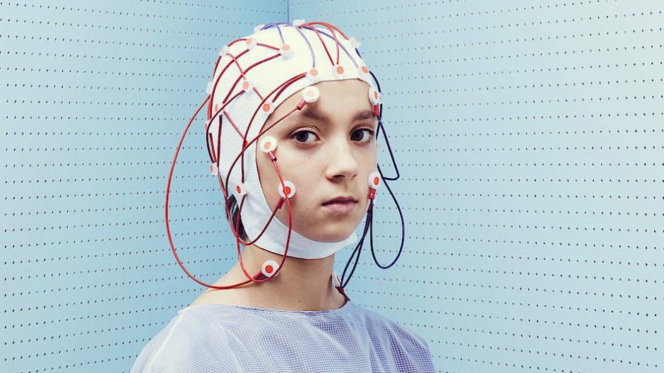 Eine Teenagerin wird vermessen: In der Medizin sind Hirndiagnostik und Hirnstimulation etablierte Verfahren.