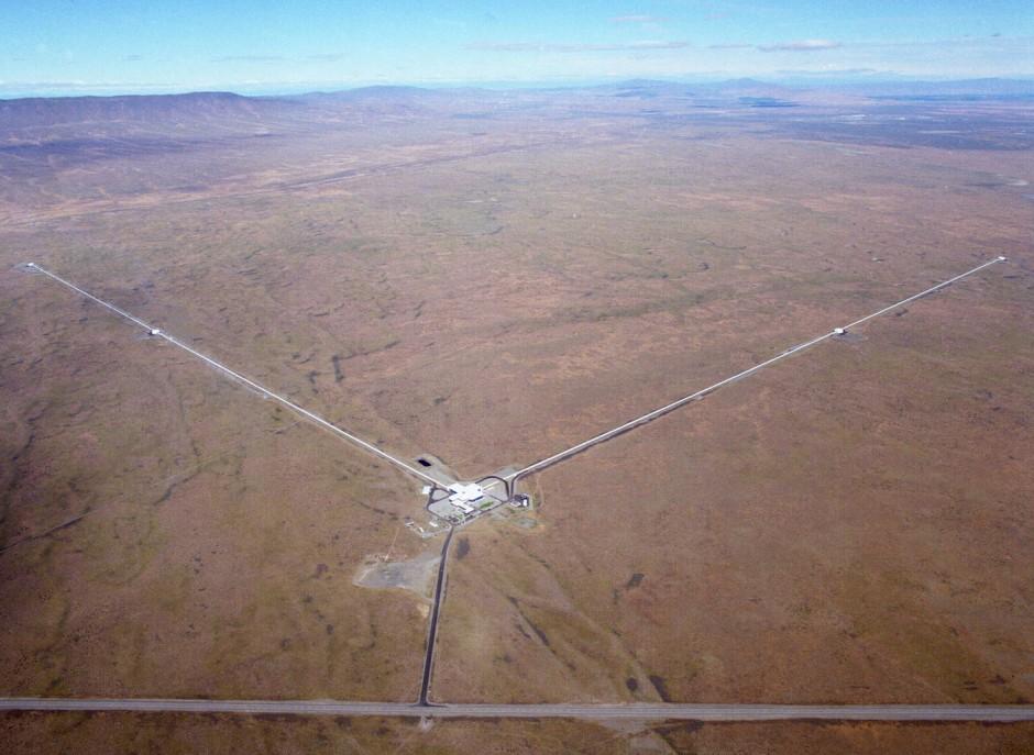 Jeweils vier Kilometer lang sind die in Röhren verlaufende Laserarme des Ligo-Observatoriums in Hanford (Washington). In der Mitte sind die Bürogebäude zu erkennen.