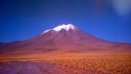Ohne Hut und Lichtschutzfaktor 80 sollte man hier besser nicht herumlaufen: Der Vulkan Licancabur in der chilenischen Atacama-Wüste.
