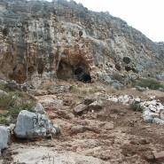 Blick auf die Misliya-Höhle im Karmel-Gebirge südlich von Haifa. Dort wurden die Fossilien eines Homo sapiens gefunden, der seit kurzem als der früheste Migrant aus Afrika gilt.