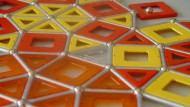 Wie bedeckt man eine Fläche lückenlos mit Dreiecken, Vierecken und Fünfecken?