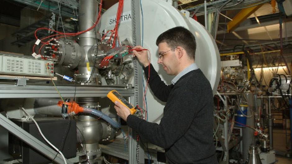 Michael  Block vor dem supraleitenden Magneten der Shiptrap-Apparatur, in dessen Innerem sich der Ionenkäfig befindet Fotos GSI