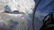 Feuerwolken über Oregon fotografiert aus dem Cockpit einer F-15C.