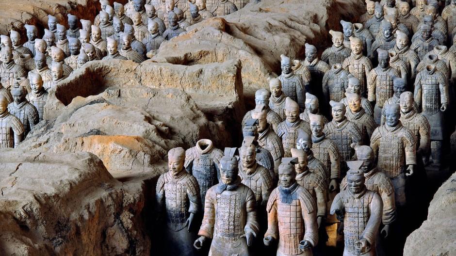 Seit 2200 Jahren aufgereiht in Reih und Glied: Die Terrakotta-Armee in Xi'an. Jeder Ton-Soldat war mit einer Waffe ausgestattet.