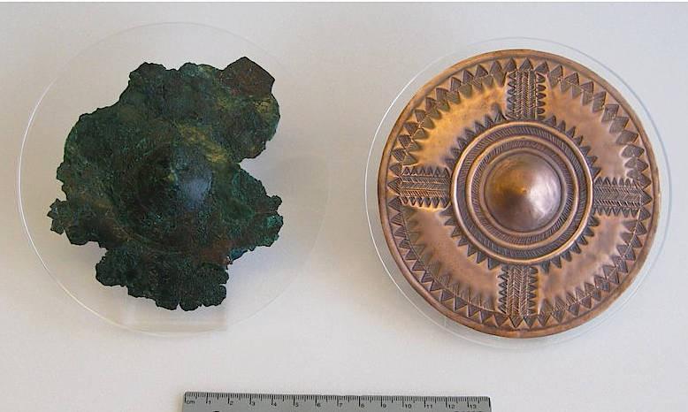 Original (links) und rekonstruierte (rechts) verzierte Kupferscheibe aus einem hochrangingen Frauengrab aus Kleinaitingen.