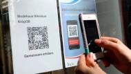 Indem man den QR-Code mit der Luca-App scannt, erhält man Eintritt in das Modegeschäft.