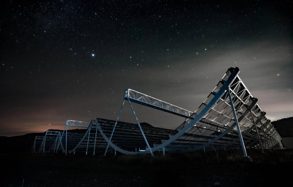 Unbeweglich unterm Sternenhimmel: Das kanadische Chime Radioteleskop wurde ursprünglich entworfen, um anhand der Verteilung von Wasserstoff die Expansionsgeschichte des Universums zu studieren.