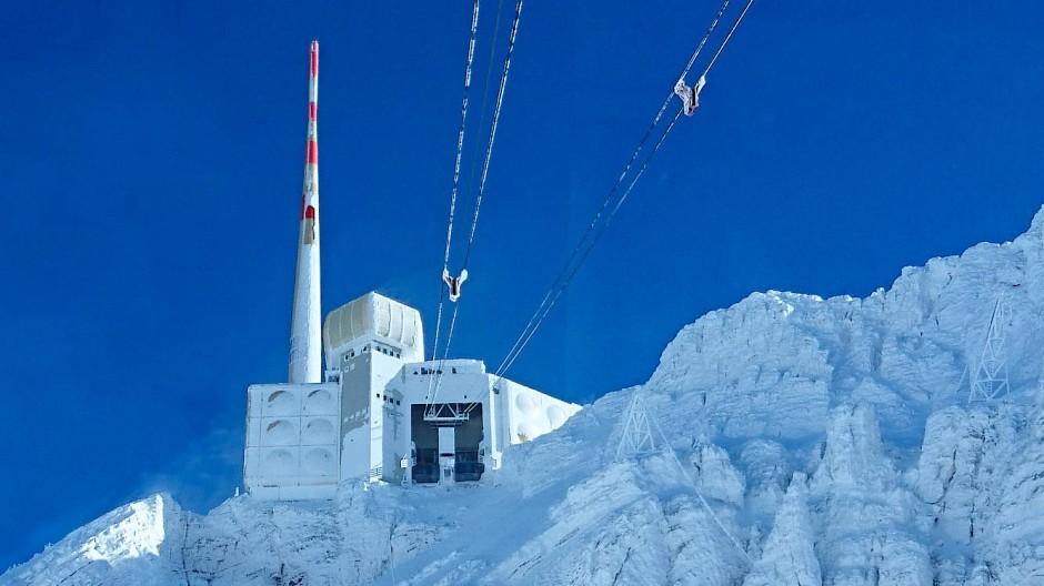 Der 2500 Meter hohe Säntis. Zu erkennen ist der Sendemast und der  kastenförmigen Aufbau (rechts daneben), der auch den Laser beherbergt.